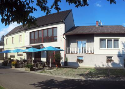 Front Hauptplatz und Café Crustulum